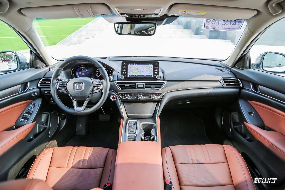 第八代凯美瑞双擎内饰 配置方面,两辆车的顶配车型都比较丰富,并且各有异同。例如都同样配备了 HUD 抬头显示、前排座椅通风、前排座椅加热、主驾驶位座椅记忆、前排副驾驶位老板键、360 全景影像、双区自动空调、后排出风口、ACC 自适应巡航、低速预碰撞等等,可以说是相当丰富了。