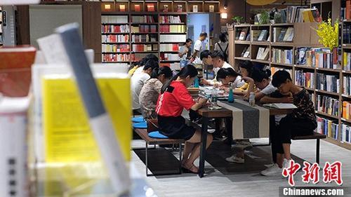 8月7日,广西南宁市一24幼时买卖的书店内,读者们正在浏览书籍。进入夏日以来,广西气温闷炎,不少市民们选择到书店望书自习,在书籍的奉陪中度过镇日。 中新社记者 俞靖 摄