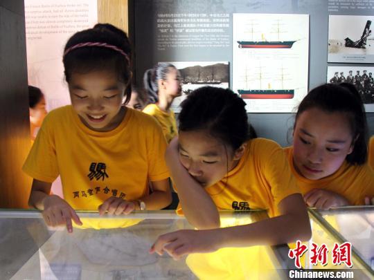 """""""两马""""童声合唱团团员参观福州马尾昭忠祠。 王彦 摄"""