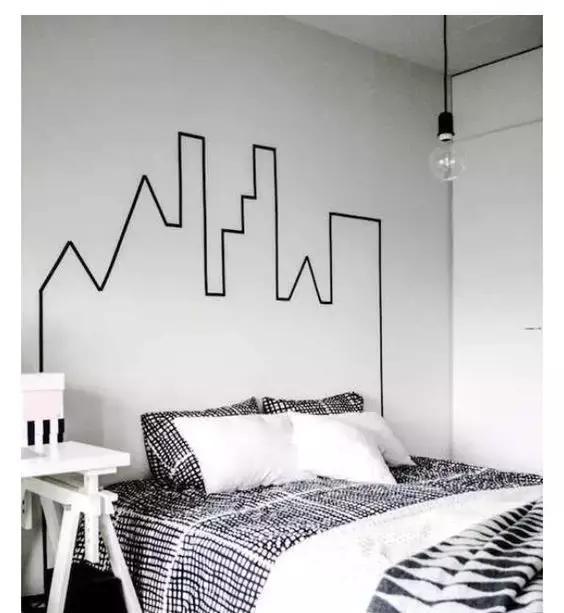 当然你也可以用胶带纸贴出简单的形状或者几何图形铺满墙面,枯燥的图片