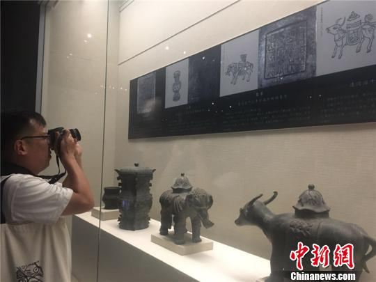 图为台湾嘉宾参观宁波博物馆 李佳?S 摄