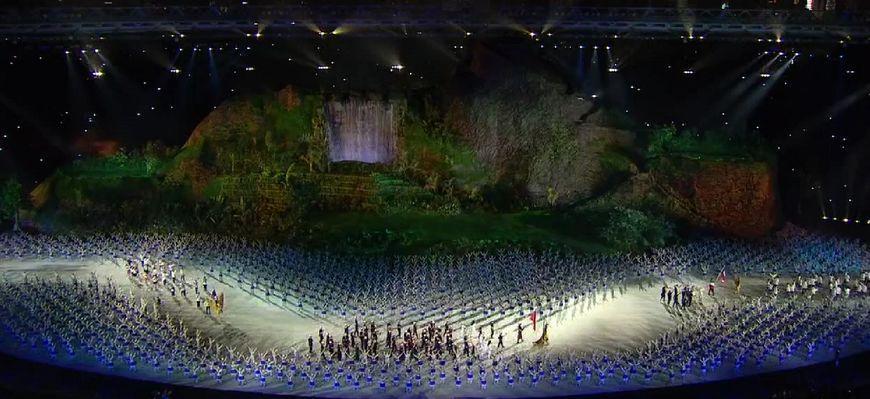 亚运会开幕式入场通道上,一瓶矿泉水2分45秒的悲惨遭遇