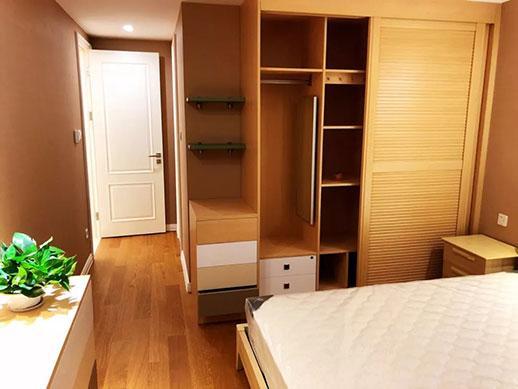 主卧室装修效果图 王先生平时很喜欢看书,设计师在很多地方都设置了