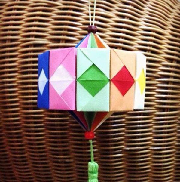 手工折纸灯笼所需工具:正方形彩色纸12张,胶水少许 一款漂亮的新年