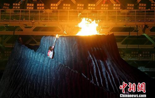 雅加达亚运圣火悬念揭晓 印尼羽球名宿王莲香点燃