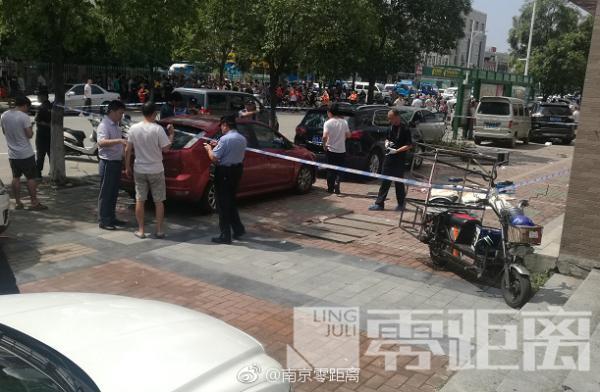 南京一男子当街行凶:刺伤一男一女后自杀被送医