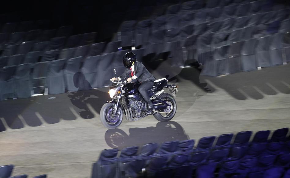 骑摩托车入场!57岁印尼总统展现速度与激情 创意赛过007