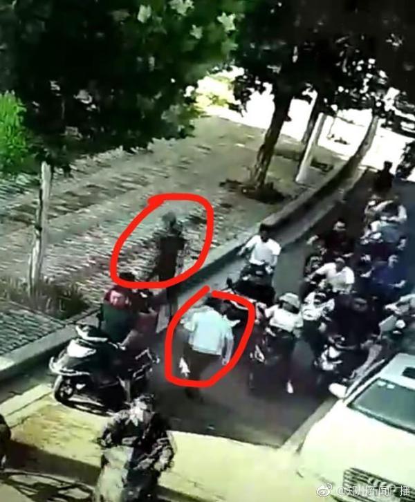 河南一公安局长开会途中遇尾随扒包小偷,停车狂奔拿下