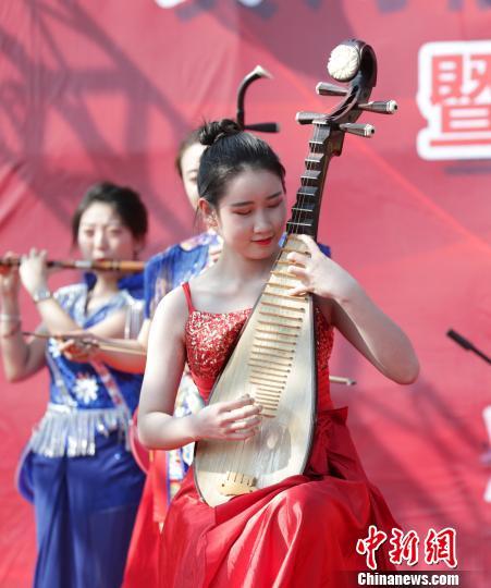 """""""梦幻灯光 国际马戏节""""加强了民乐演奏等具有中国特色的节目。 杨迪 摄"""