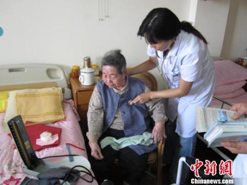 资料图:家庭医生为老年签约患者进行体检和慢病随访。 芊烨 摄