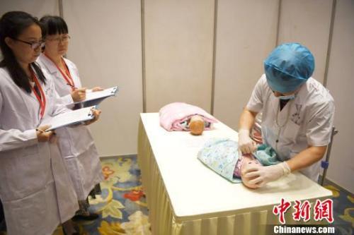资料图:一儿科医生正在进行体格检查临床技能操作比赛。 韩苏原 摄
