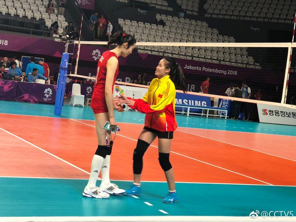中国女排3比0越南夺亚运开门红,对手排队找朱婷合影