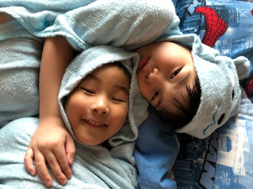 胡可安吉为小鱼儿庆生 哥哥给弟弟唱英文歌十分软萌