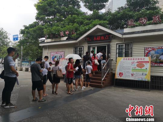 恶性事件发生后,市民前往献血点踊跃献血救助伤者。 朱柳融摄