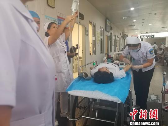 事件发生后,医护人员紧急救治伤者。 朱柳融摄