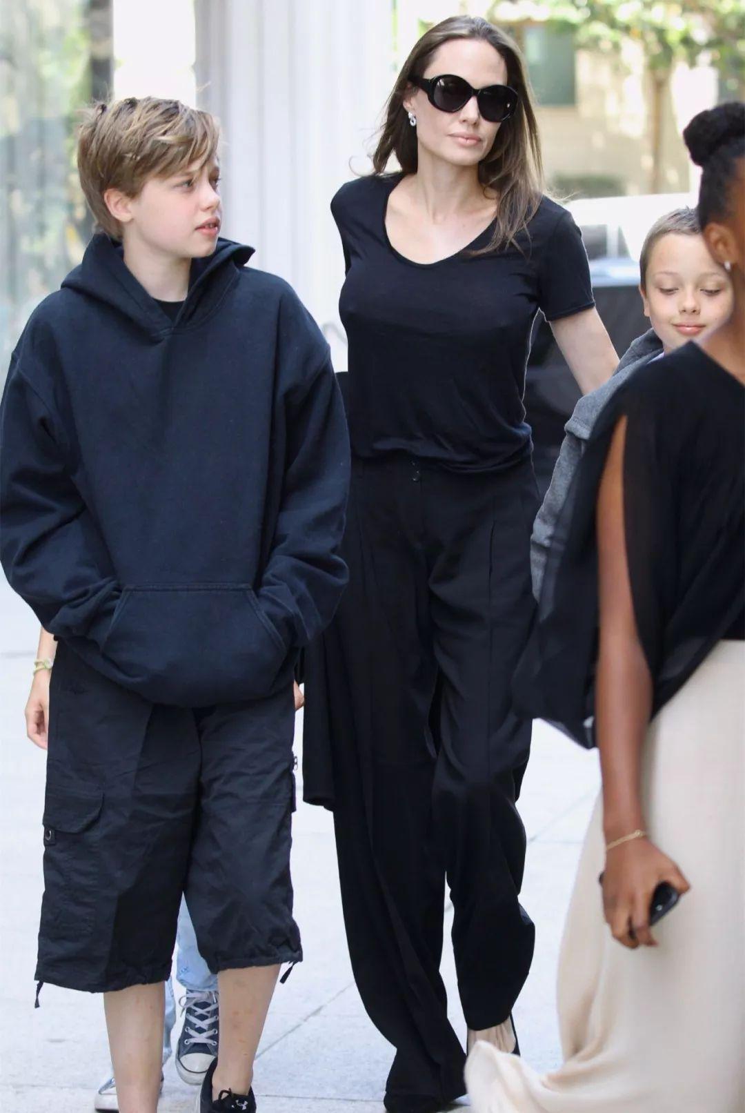 朱莉带4个孩子出门逛街,网友:3个孩子都很像她!