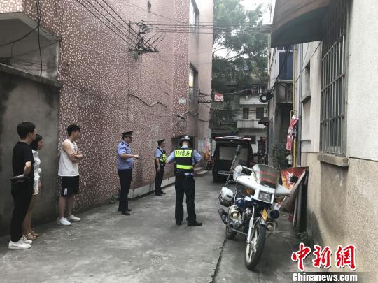 8月20日下午,柳州铸造总厂生活区两栋楼房被警察用警戒线封锁。 谢耘摄