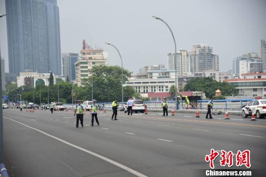当日上午11时许,恶性伤人事件发生后,大批警员在事发后赶到现场进行处置。 王以照摄