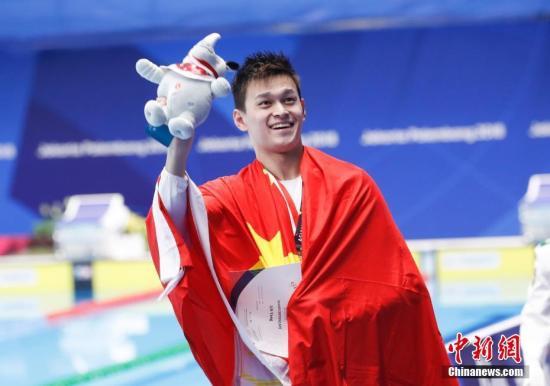当地时间8月21日,雅加达亚运会男子400米自由泳决赛,孙杨在第四道出发,300米后以绝对优势领先所有参赛选手,最终以3分42秒92的成绩轻松夺冠。亚运会游泳比赛进入第三天,这也是孙杨收获的本届亚运会个人单项第三枚金牌。中新社记者 杜洋 摄