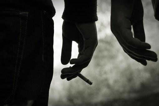 揭秘真相!老烟民突然戒烟真的会得癌症吗?