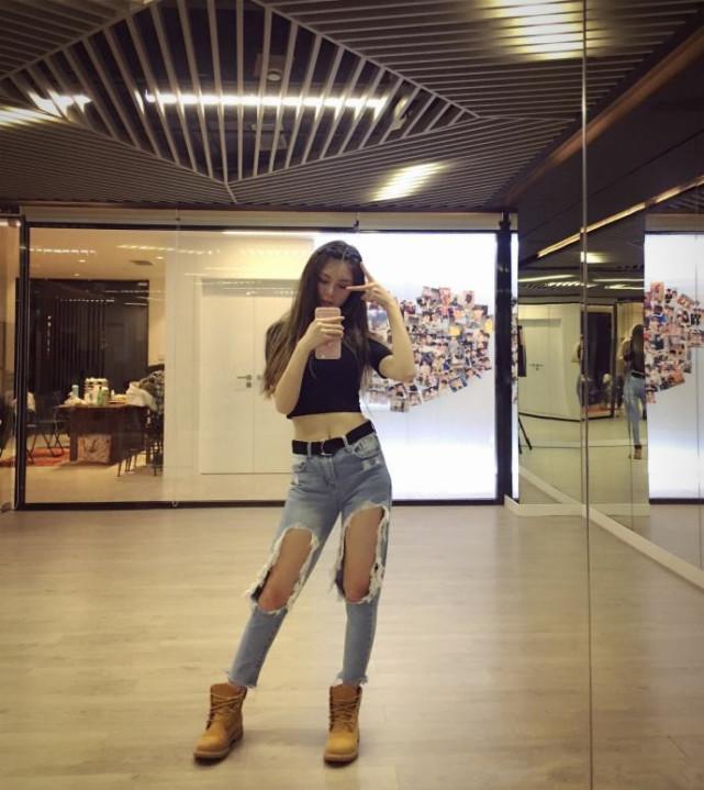 看吴宣仪和徐梦洁等人的牛仔裤,风格迥异,看出她们不同的个性!