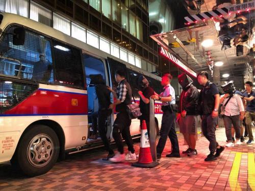 警方在尖沙咀拘捕涉案人士。图片来源:香港《大公报》 香港警方供图