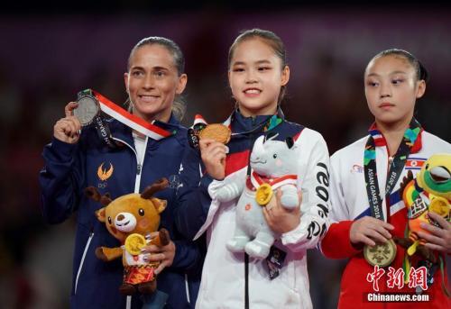 丘索维金娜(左)与获得冠军的韩国小选手、获得第三名的朝鲜小选手在颁奖仪式上合影。<a target='_blank' href='http://www.chinanews.com/'>中新社</a>记者 侯宇 摄