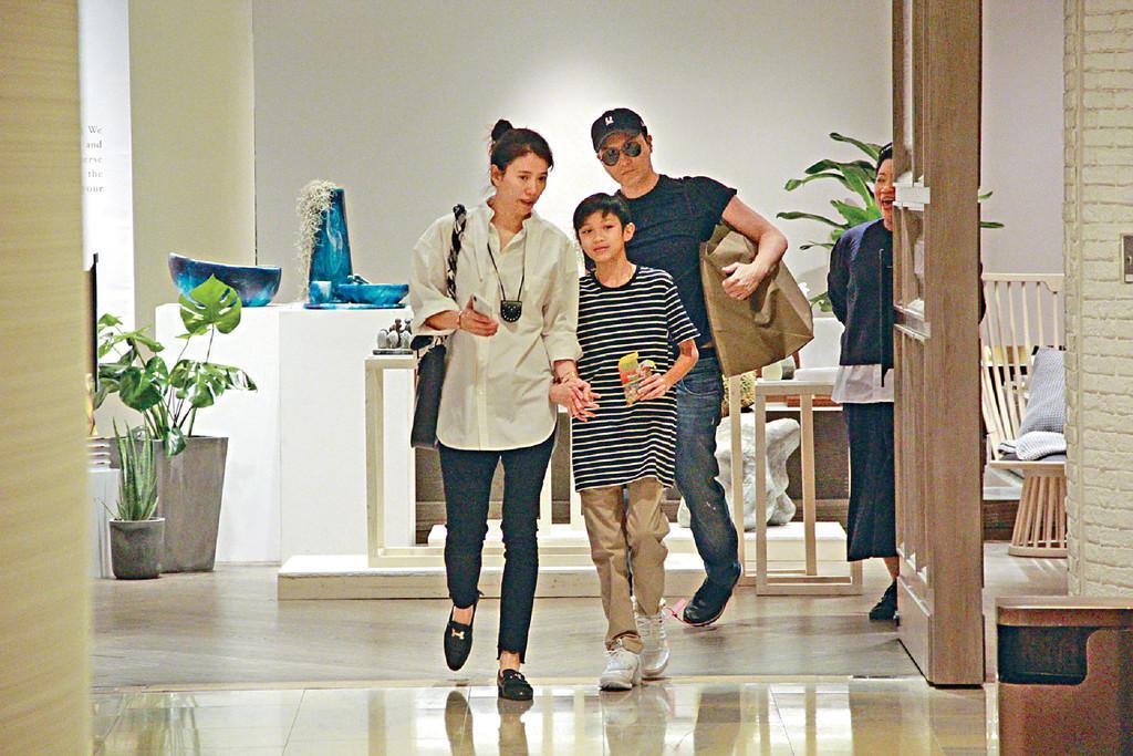 张智霖心思全在家庭上 一家三口逛完再陪袁咏仪买家具