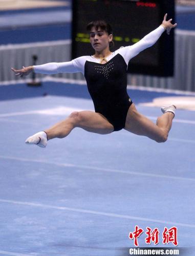 2002年10月5日,乌兹比克斯坦体操老将丘索维金娜在釜山亚运会女子自由体操比赛中动作稳健而获得金牌,与中国小将张楠并列冠军。<a target='_blank' href='http://www.chinanews.com/'>中新社</a>发 贾国荣 摄