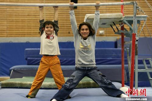 图为2006年12月4日,丘索维金娜跟儿子在一起。图片来源:CFP视觉中国