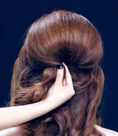第六步:在发髻上点缀精致的小发饰,这款浪漫唯美的编发盘发新娘发型就