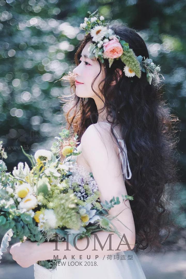 复古海藻卷,搭配鲜花,花环头饰,打造出清新复古的感觉,适合森系新娘.图片