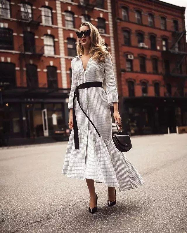 或者选择和衣服同样颜色,花纹的款式,相互呼应,增加精致感.