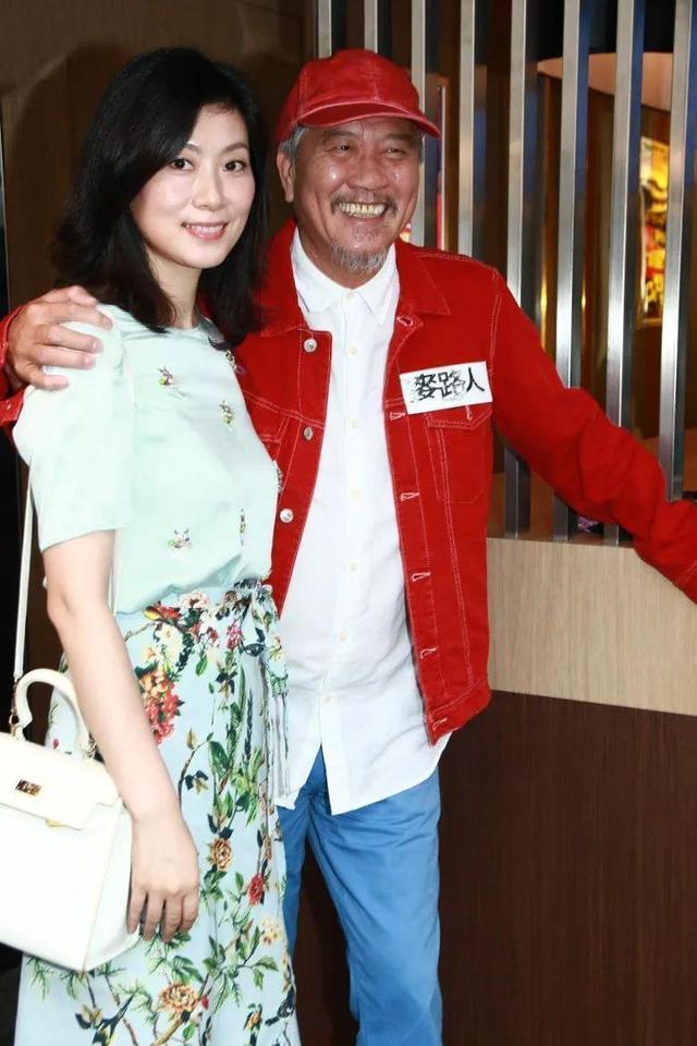 61岁万梓良老得白了头发 但小16岁妻子却美艳动人