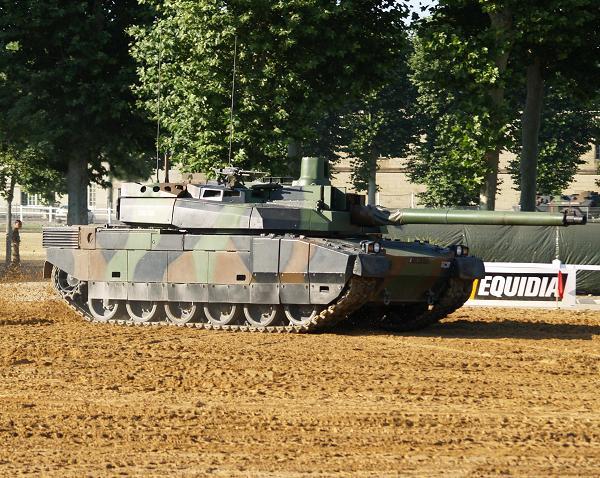坦克驾驶员的头会撞到炮塔吗?看各国都怎么解决