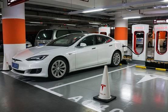 纯电动汽车冲电