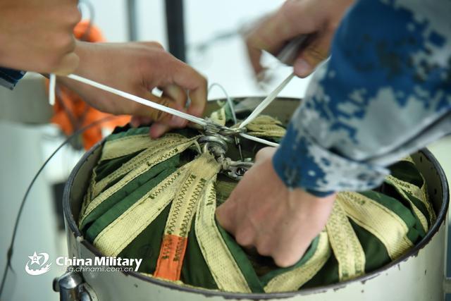 中国战机着陆用减速伞 美军则用刹车片是为什么?