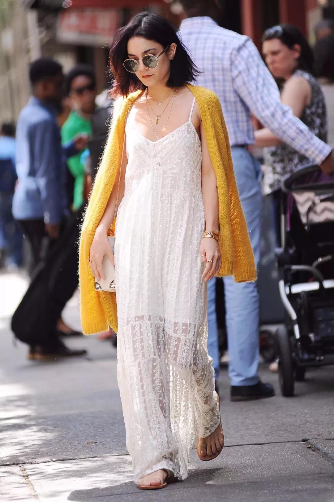针织开衫配吊带长裙,看起来特别温柔优雅