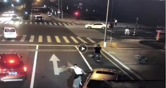 宝马撞人之后还要打人,纹身男拔刀后被反杀,是否正当