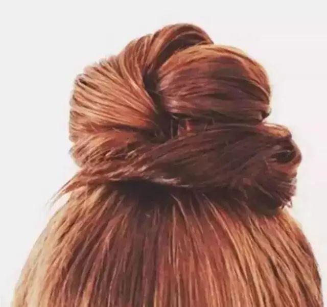 步骤: 1.把头顶的头发分成两股.图片