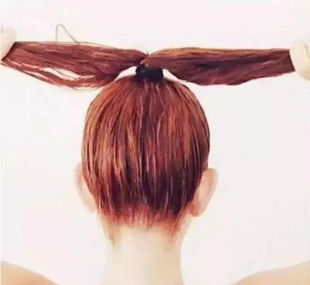 3.再将两股头发交叉打结,直至发尾处.图片