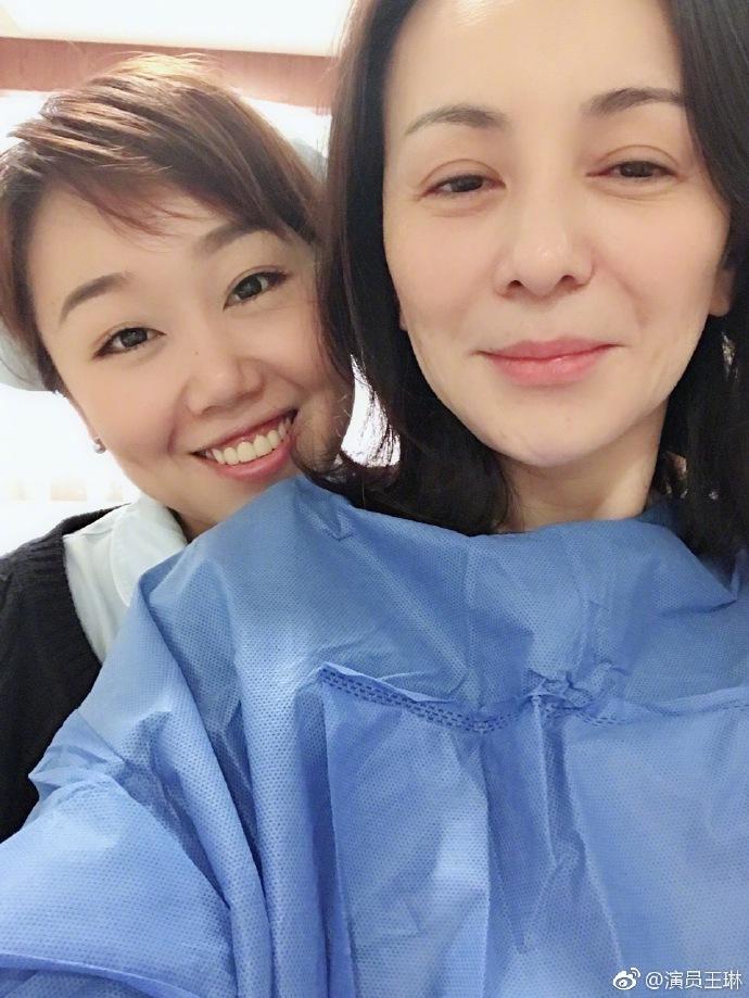 雪姨王琳生病住院,网友:白发显眼脸色憔悴,单亲妈妈真不容易!