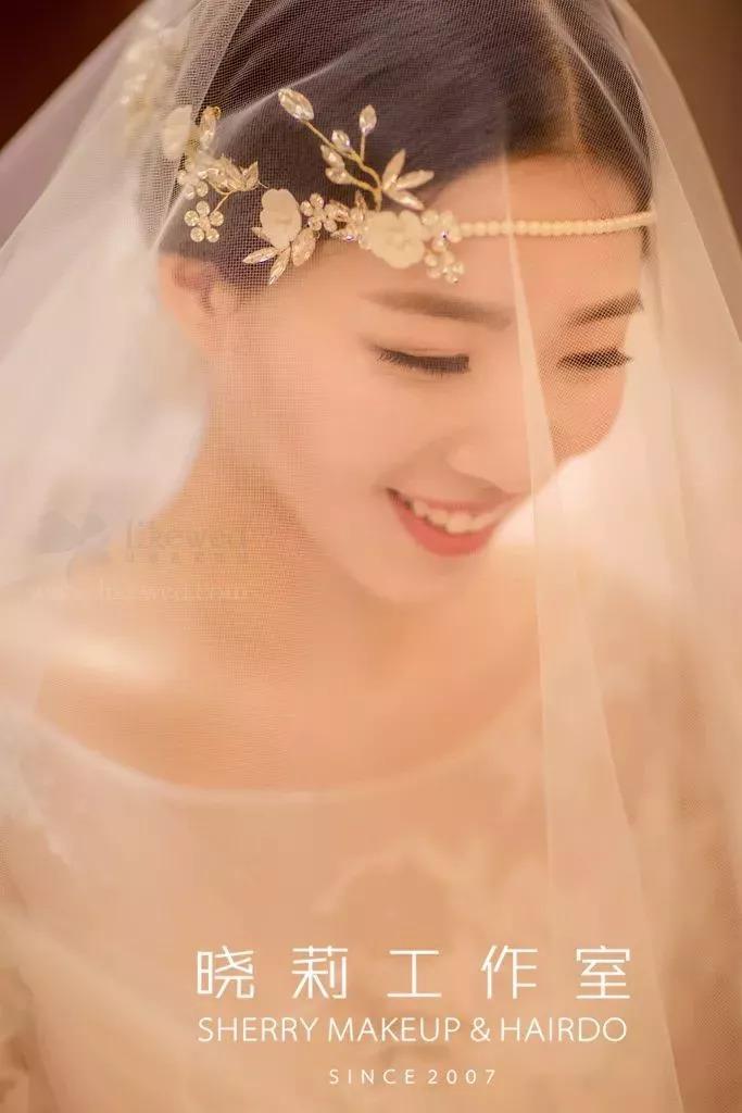微博: 荷玛彩妆造型馆 肘长式 齐肘上下的头纱,对新娘来说是一种经典图片