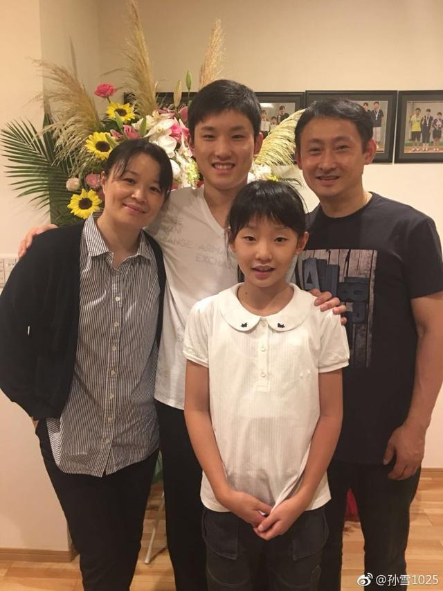 张本智和最新全家福曝光:身高超父亲,一家四口有3人已入籍日本