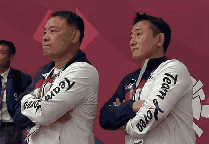 又是一场闹剧!韩国队强烈抗议裁判判罚,6名队员集体赖在了场上
