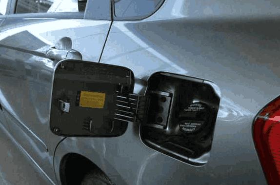 车子油箱为何有的在左有的在右?知情人说完,车主:后悔没早知道