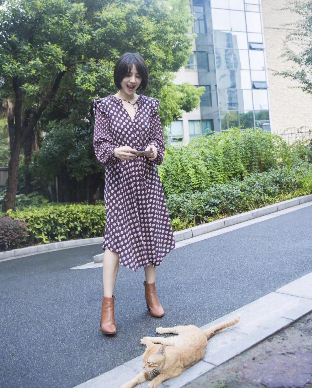 高圆圆的印花连衣裙 靴子,能从秋天穿到冬天!时髦又很