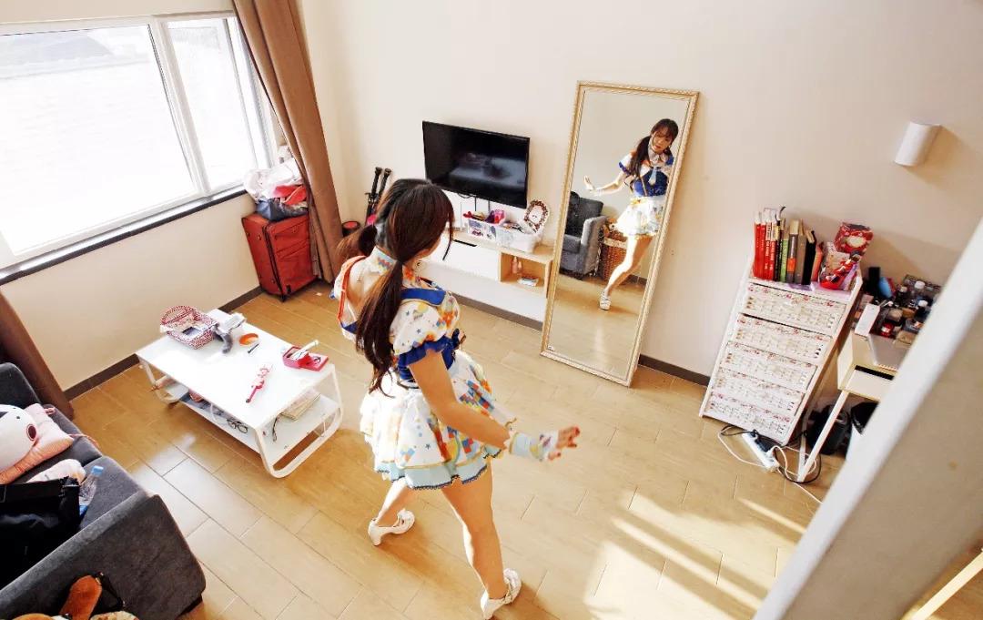 一名�酆�Cosplay的房客在魔方公寓房�g里��舞蹈�幼鳌�D/新�A