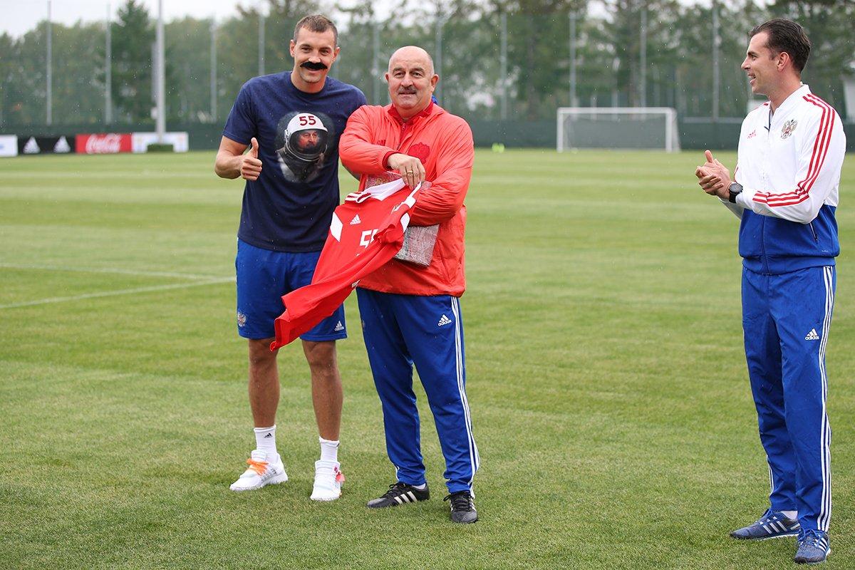 一图流:庆祝切尔切索夫55岁生日,俄罗斯球员贴上胡子模仿秀