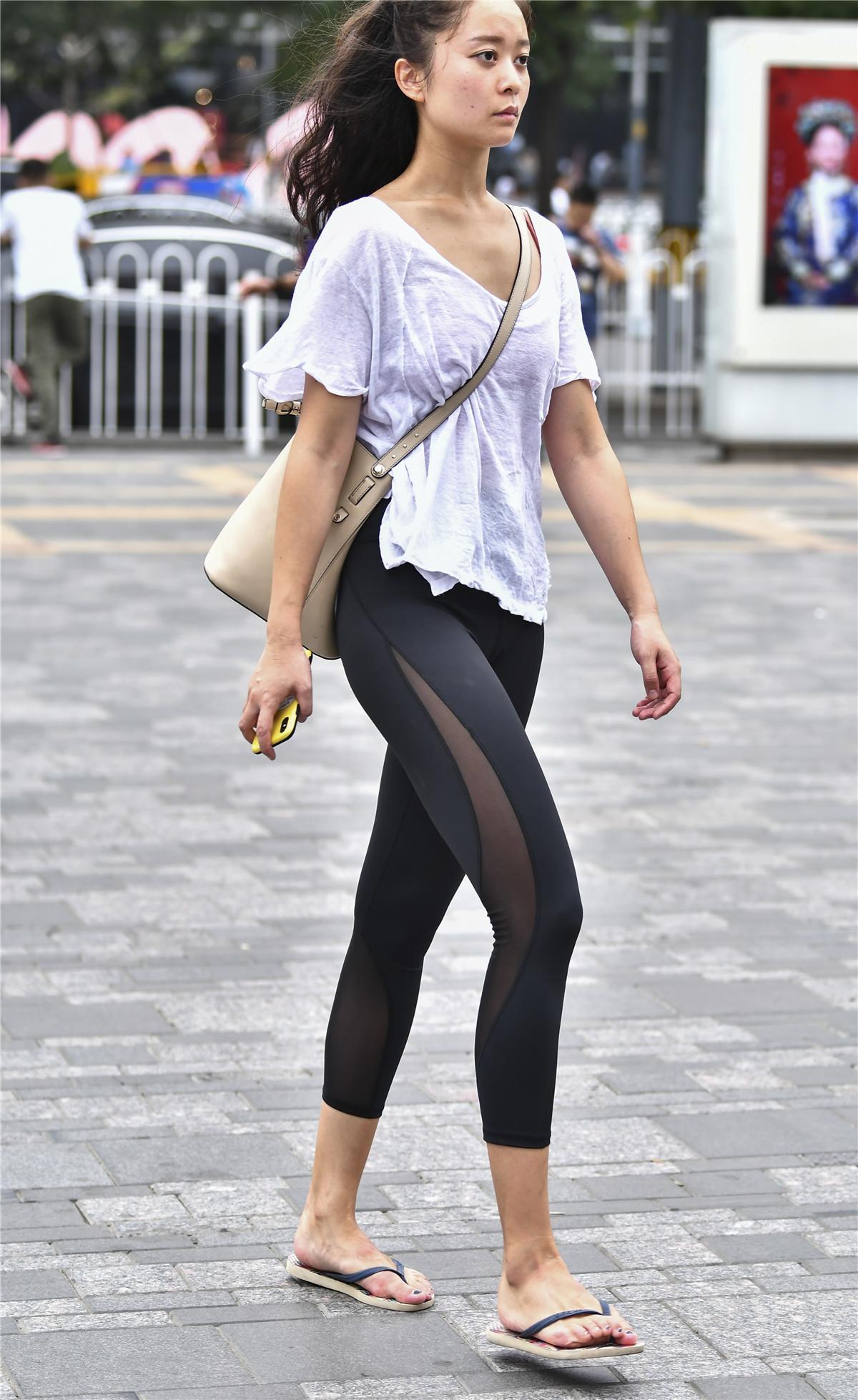 穿紧身裤的美女,尽显好身材